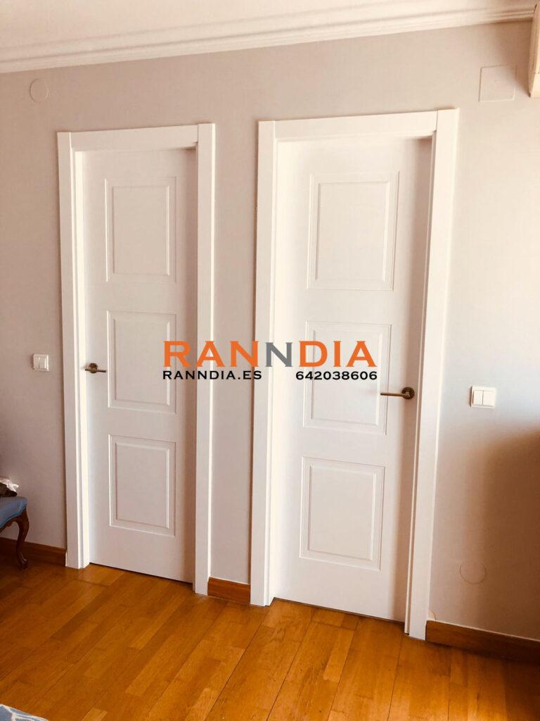Puertas blancas en Fuengirola